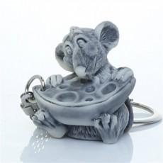 Крыс маленький с сыром